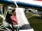 Isis Valverde se diverte em avião ultraleve durante gravação de novela