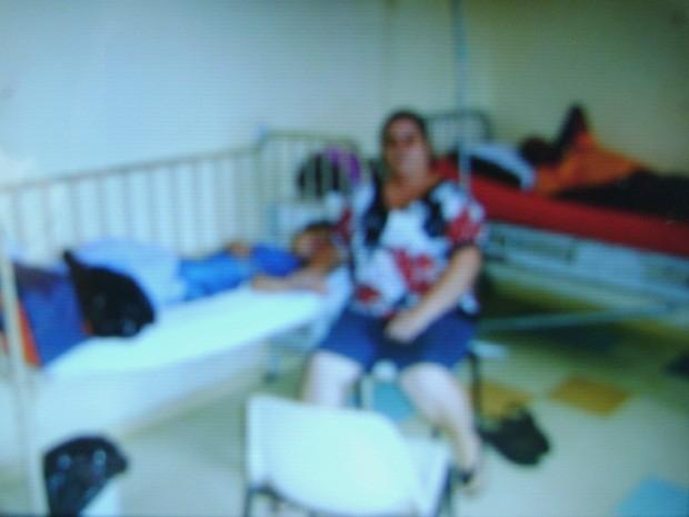 Criança está em quarto com pacientes adultos que apresentam problemas de saúde (Foto: Arquivo de família)