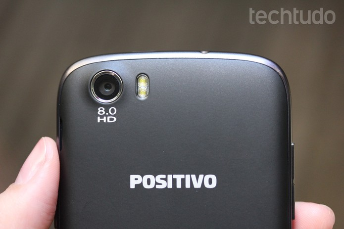 Detalhe da câmera traseira do Positivo S480 com flash LED duplo (Foto: Anna Kellen Bull/TechTudo)