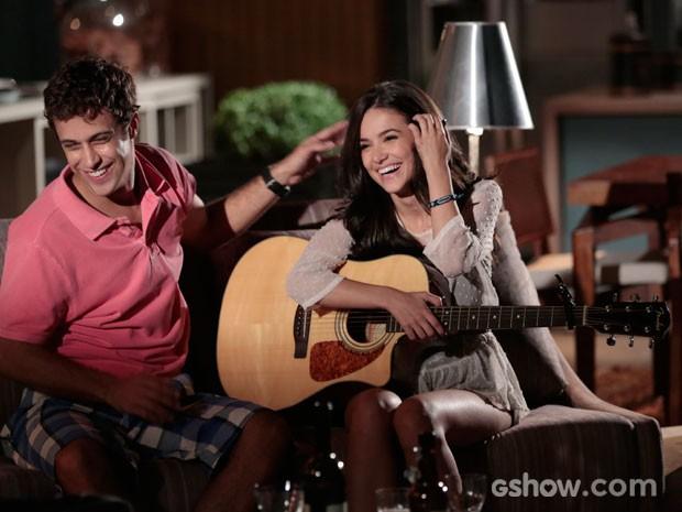 Manu em cena com Ronny, pura descontração (Foto: Felipe Monteiro/TV Globo)