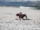 Juliano Cazarré aproveita o sábado de sol na praia com a família