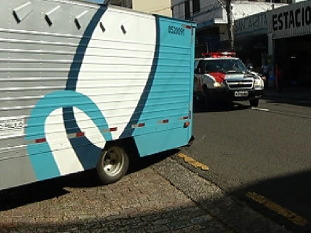 Escolta feita por policiais para caminhão com detentos em Rio Preto (Foto: Reprodução / TV Tem)