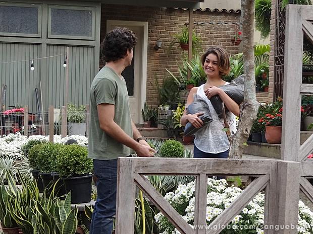 Amora chega cheia das boas intenções! (Foto: Sangue Bom / TV Globo)