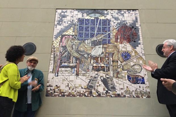 Clarice Herzog vê obra do artista Elifas Andreato que homenageia Vladimir Herzog  (Foto: Roney Domingos/G1)