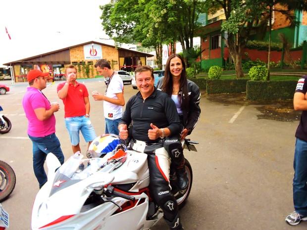 Maristela foi com o noivo a evento de motociclismo em Rio do Sul (Foto: Toni Adriano/Divulgação)