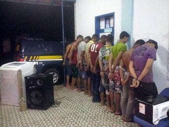 Segundo PRF, pelo menos nove pessoas foram detidas sob suspeita de furto qualificado após arrastão em Abreu e Lima (Foto: Divulgação / Polícia Rodoviária Federal)