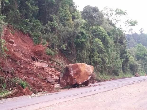 Rodovia na RS-324, em Casca, no Norte do Rio Grande do Sul, está parcialmente bloqueada (Foto: PRE/Divulgação)