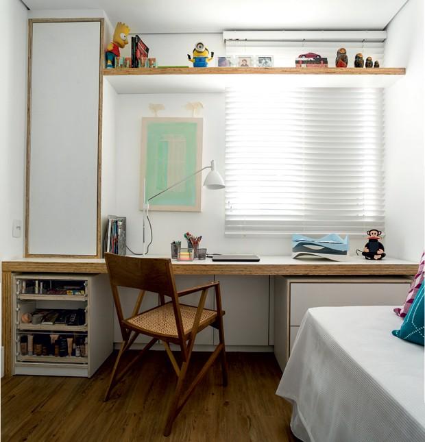 O segundo dormitório abriga escritório e quarto de hóspedes. A mesa de trabalho, com armário e gaveteiro, foi desenhada pela moradora e executada pela Hebrom Marcenaria (Foto: Edu Castello/Editora Globo)
