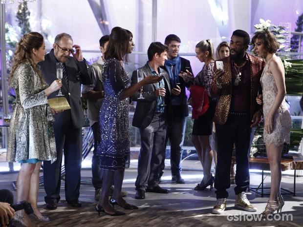 Escândalo! Brian recebe vídeo de Maria Vergara no meio do noivado (Foto: Inácio Moraes/TV Globo)