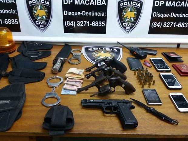 Armas, munições, aparelhos celulares e outros objetos foram apreendidos pelos agentes da Delegacia de Polícia Civil de Macaíba (Foto: Polícia Civil/Divulgação)