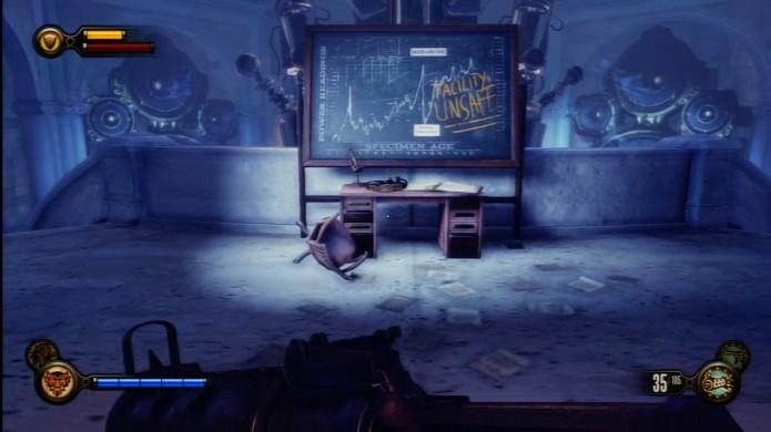 Bioshock Infinite: Voxophone sobre a mesa próximo do quadro negro (Foto: Reprodução/IGN)