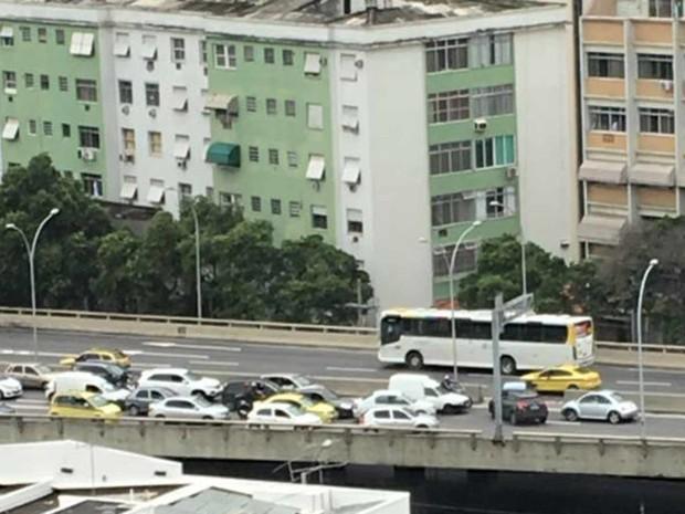 Motoristas fazem contramão no Elevado da Avenida Paulo de Frontin para fugir de tiroteio no Catumbi (Foto: Daniella Cupertino/ Arquivo Pessoal)