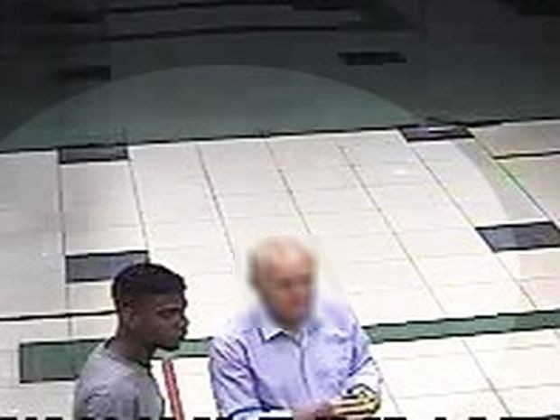 Suspeito ao lado do idoso que foi obrigado a sacar dinheiro na agência (Foto: SSP/SE)
