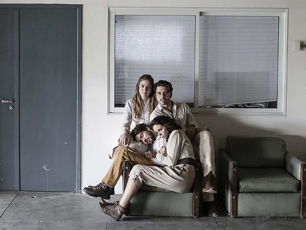 Raquel Alvarenga, Eduardo Cravo, Jarbas Albuquerque e Suzana Nascimento em cena de 'Consertam-se Imóveis' (Foto: Divulgação)