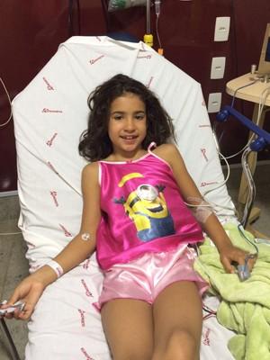 Luiza Amado, de 7 anos, durante atendimento no hospital Anchieta, em Taguatinga (Foto: Marina Neri/Divulgação)