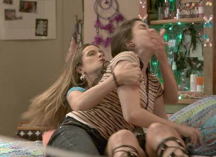 Cassandra e Débora brigam feio!