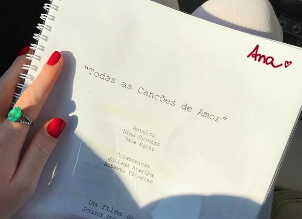 Marina Ruy Barbosa mostra o roteiro de 'Todas as Canções do Amor'. Ela viverá a personagem Ana (Foto: Reprodução/Instagram)