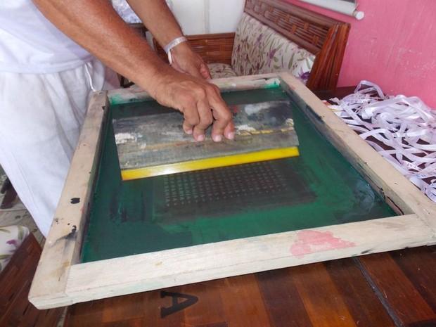 Produção das novas fitas do Bonfim (Foto: Maiana Belo/G1 Bahia)
