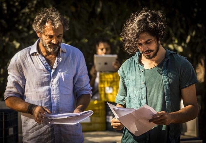 Domingos Montagner ensaia o texto com Gabriel Leone  (Foto: Inácio Moraes/ Gshow)
