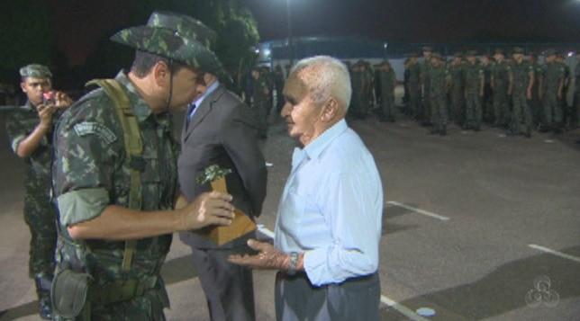 Pioneiros receberam homenagem pelos serviços prestados ao 5° BEC (Foto: Amazônia TV)