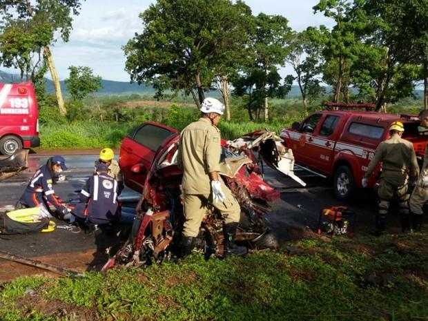 Casal morre em acidente entre carro e caminhão em Goiás (Foto: Divulgação/Corpo de Bombeiros)