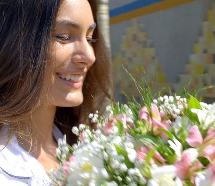 Lu fica radiante ao receber flores no colégio (Foto: TVGlobo)