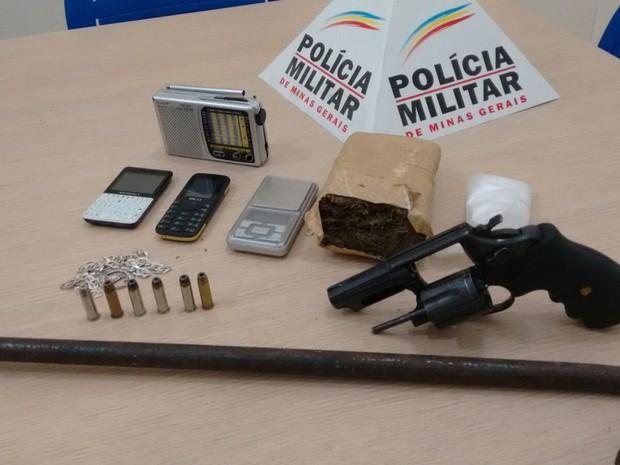 Apreensão de drogas e material explosivo (Foto: Divulgação / PM)
