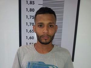 Procurado pela justiça foi preso por policiais da DIG (Foto: Divulgação/Polícia Civil)