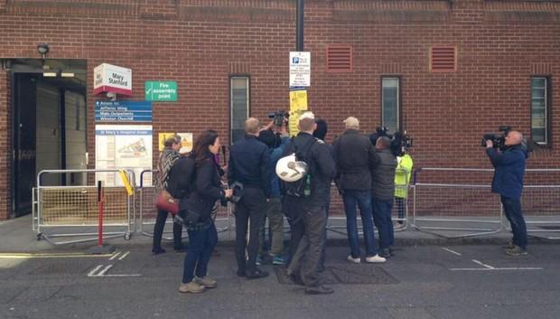 Peter Hunt mostra imprensa aglomerada para registrar nova informação  (Foto: Twitter/Reprodução)
