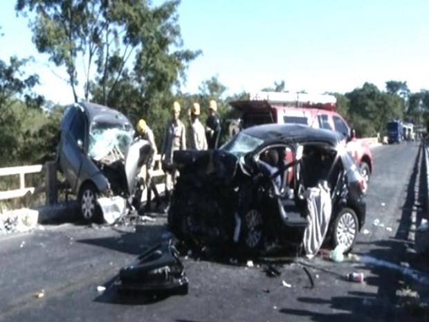 Acidente entre dois carros causou a morte de quatro pessoas, em Goiás (Foto: Reprodução/ TV Anhanguera)