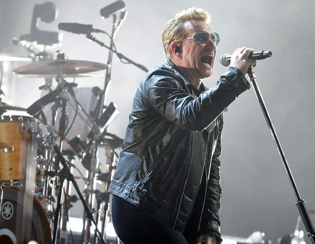 """O líder do U2, Bono, que apresentou a música """"Streets of Surrender"""", sobre as """"ruas de amor"""" de Paris (Foto: Reuters)"""