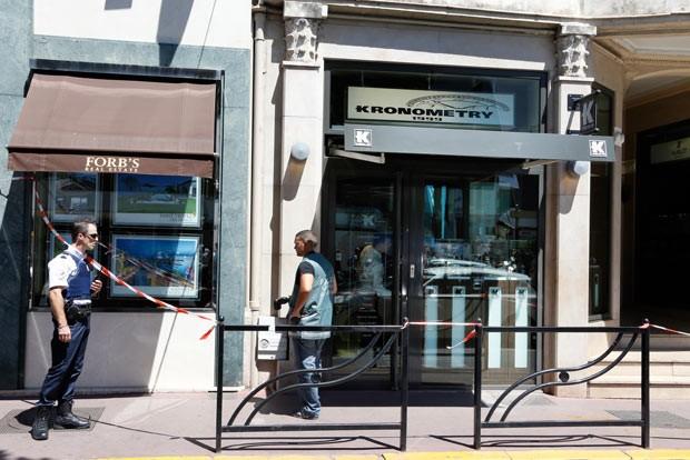 Policiais em frente à joalheria assaltada nesta quarta-feira (31) em Cannes, na França (Foto: Valéry Hache/AFP)