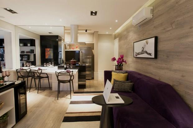 A integração da cozinha com a sala é uma ideia para um apartamento pequeno (Foto: Camila Klein)