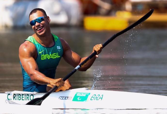 Descrição da imagem: Caio Ribeiro sorri após vencer a semifinal do KL3 na Lagoa (Foto: Alexandre Schneider/Nissan)