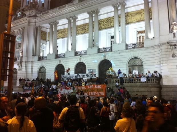 Manifestantes protestam em frente à Câmara  (Foto: Marcelo Elizardo / G1)
