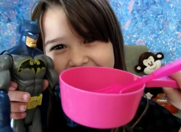 Liv mostra seus brinquedos durante o vídeo (Foto: Reprodução/YouTube)