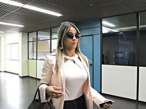 Denise Almeida sofreu tentativa de homicídio em estacionamento de academia; vítima participou de acareação de crime nesta segunda-feira  (Foto: Adneison Severiano/G1 AM)