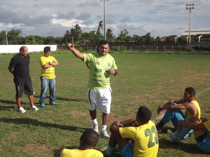 Paolo Rossi fala com os jogadores do Tubarão (Foto: Glaucio Resende)