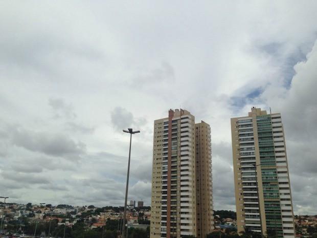 Céu de Campo Grande na tarde desta sexta-feira (12) (Foto: Adriel Mattos/G1 MS)