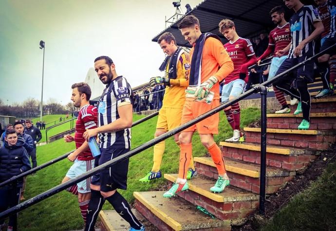 Jonas Gutiérrez entra em campo pelo Newcastle sub-21 em sua volta aos campos (Foto: Reprodução do Facebook)