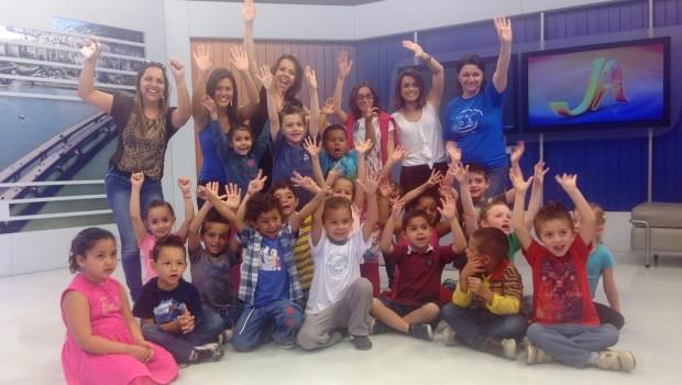 Crianças visitaram redação da RBS TV (Foto: Marina Scarabelot Cidade/RBS TV)