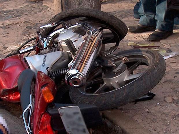 Motoclista colidiu contra poste na Calçada (Foto: Imagens / TV Bahia)