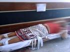 Pacientes são atendidos em macas em corredores de hospital de Marília