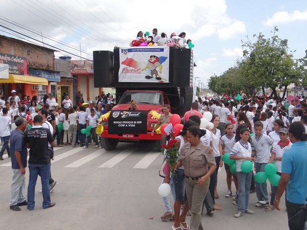 Professores e alunos da Escola Estadual Geraldo Melo realizam caminhada pela paz (Foto: Henrique Pereira/G1)