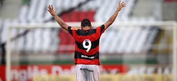 Hernane comemora gol do Flamengo (Foto: Alexandre Cassiano/Agência O Globo)