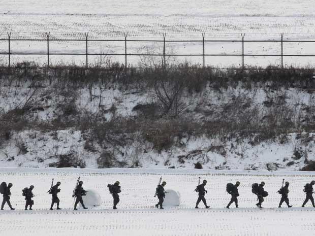 Soldados do exército da Coreia do Sul, durante exercício perto da zona desmilitarizada de Panmunjom, em Paju. (Foto: Ahn Young-joon / AP Photo)