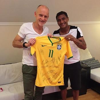 Taffarel e Doka com a camisa da Seleção toda autografada (Foto   Reprodução Instagram eab996bcf9d01
