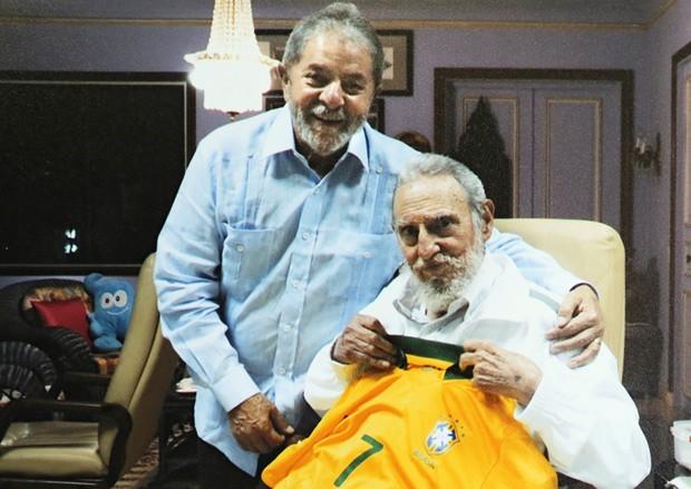 Lula presenteia Fidel Castro com camisa da seleção brasileira em Cuba (Foto: Instituto Lula/Divulgação)