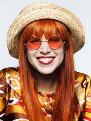 Mel Lisboa coloriu os cabelos e adotou icônica franja da cantora (Foto: Marcos Alberti/ Divulgação)