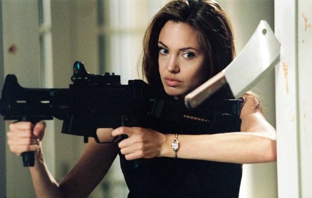 Vencedora de um Oscar, linda, engajada em causas sociais, matriarca de uma família aparentemente perfeita. O que mais falta para Angelina Jolie? Dispensar dublês, é claro. Ela faz as próprias cenas de perigo. (Foto: Reprodução)